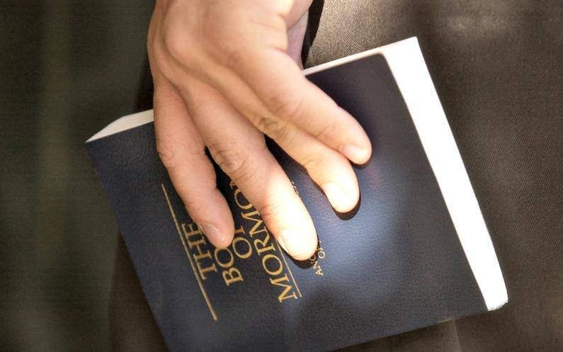 Чоловік тримає в рукці Книгу Моромна