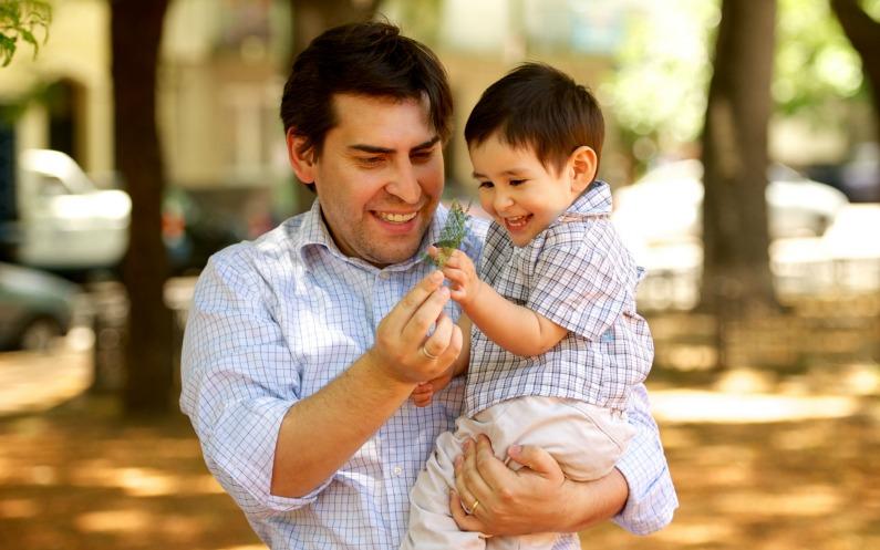 чоловік з дитино, які схожі на моромнів