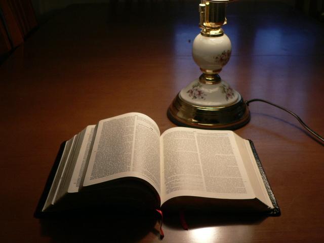 Біблія лежит -на столі