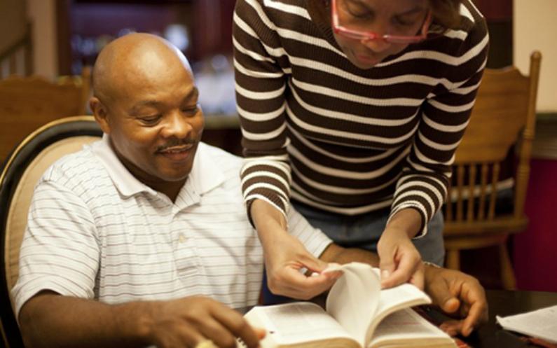 Дружина допомагає з вивченням Писань
