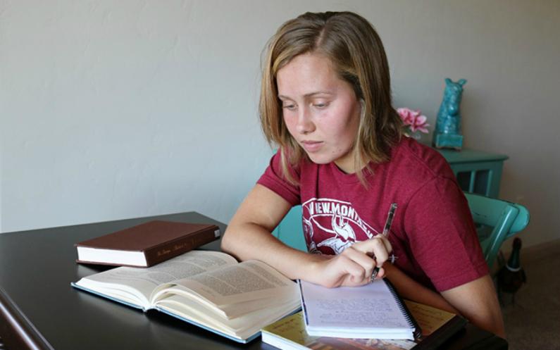 дівчина читає Писання