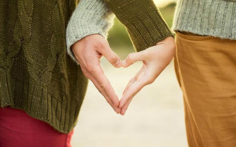 Мормонська пара тримається за руки