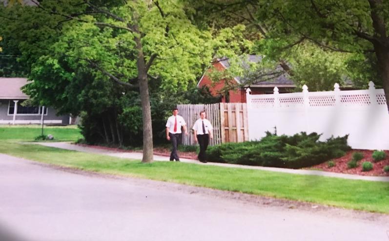 Два хлопця мормонські місіонери ідуть по вулиці