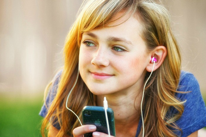 дівчинка слухає Писання
