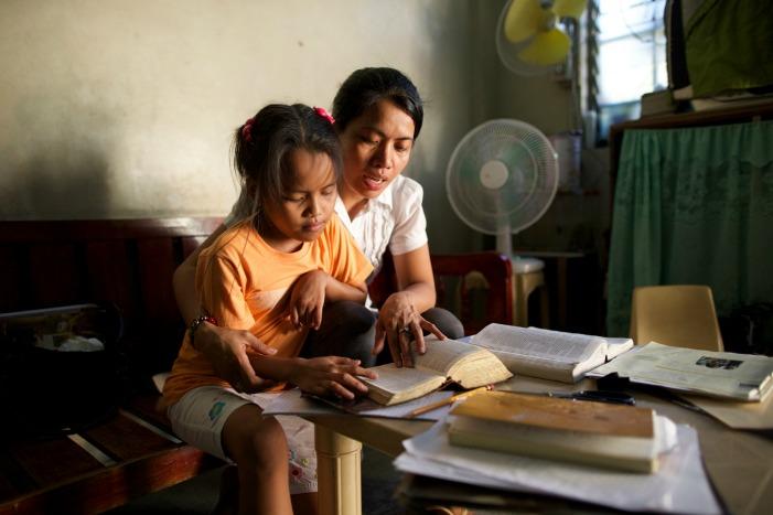 мама та дывчинка вивчають Священні Писання