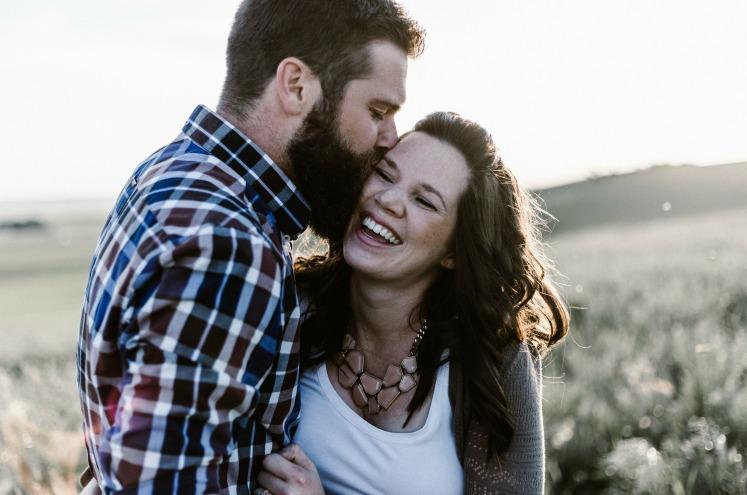 чоловік та жінка посміхаються