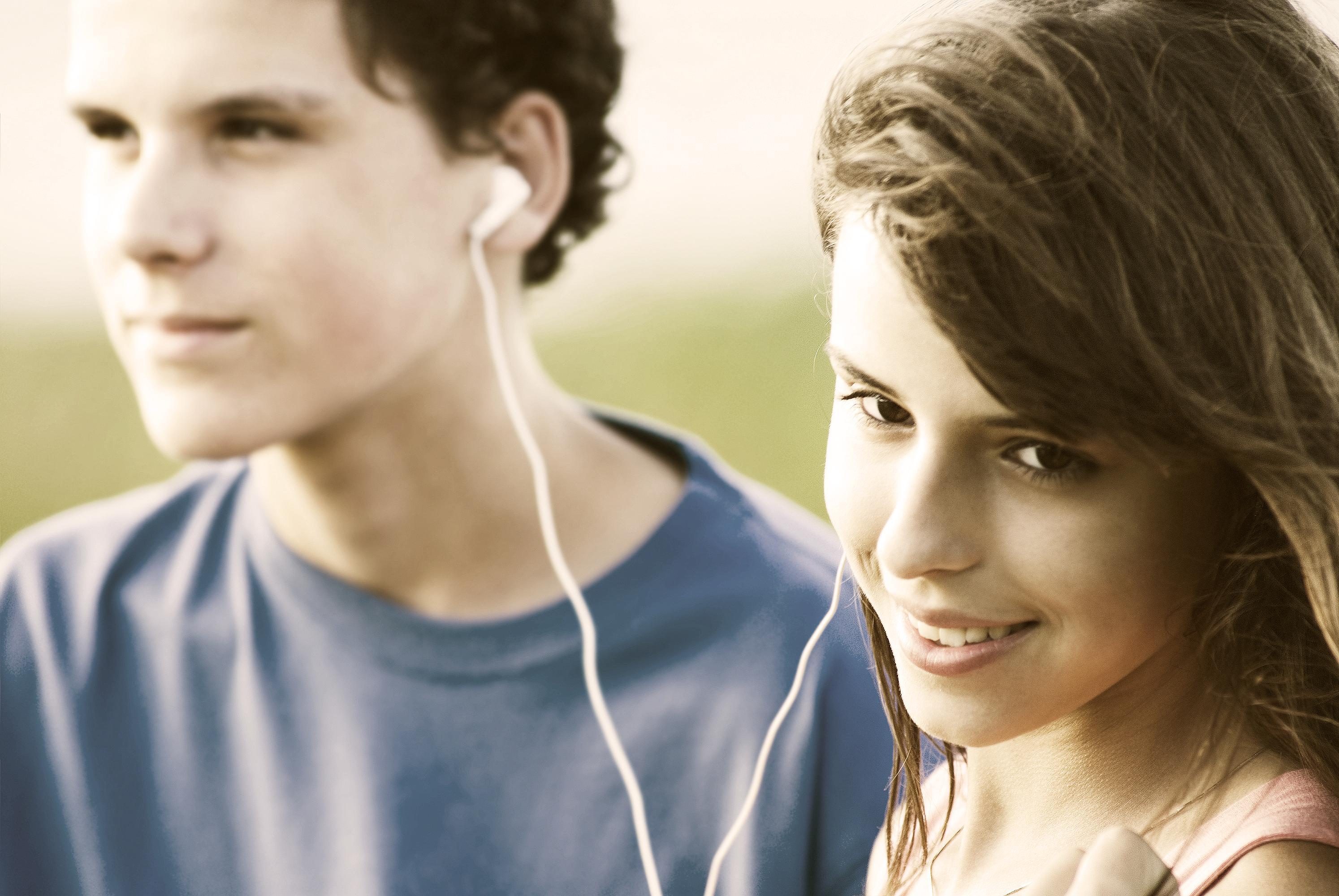 слухають музику