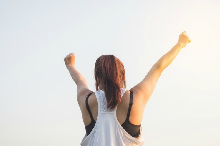 дівчина радіє перемоги