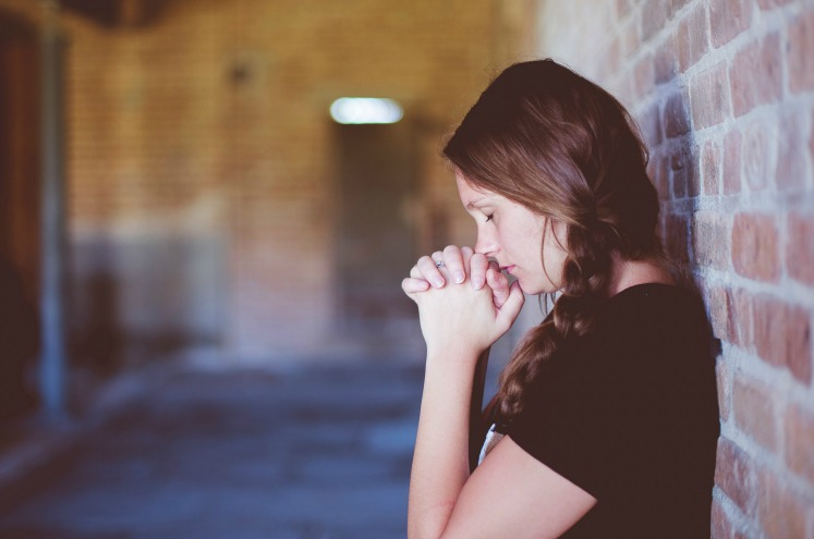 дівчина молиться