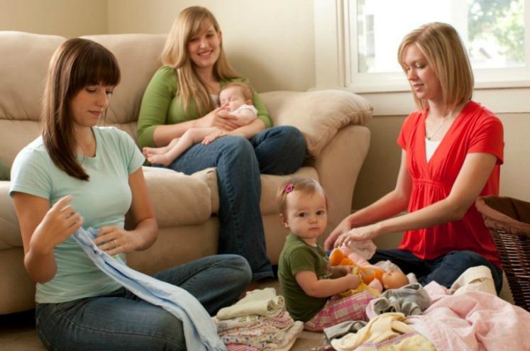молоді мами з дітьми