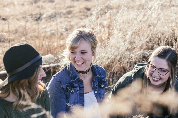 дівчата спілкуються на природі