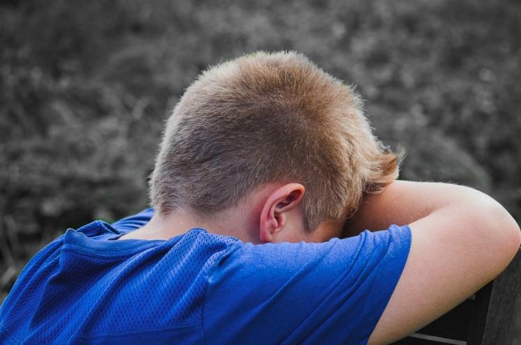 хлопчик плаче