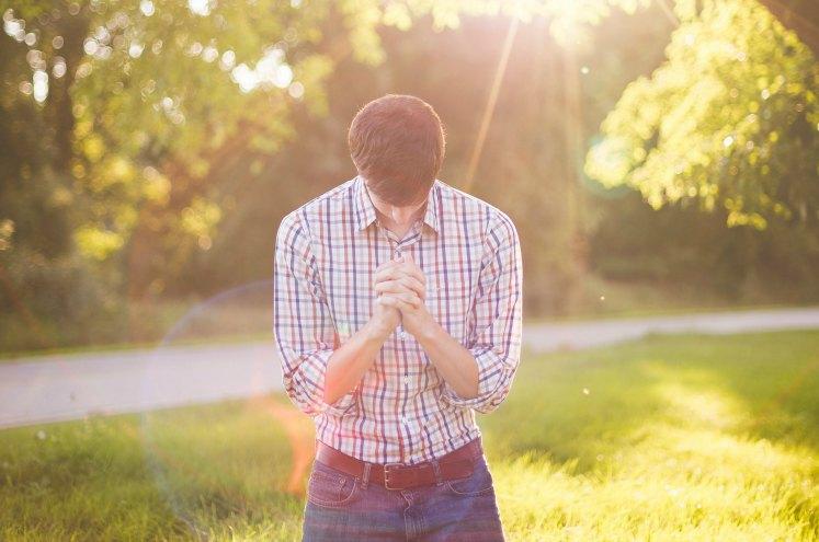 хлопець склонився у молитві